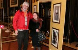 L'imprenditore-fotografo Luca Onori davanti ai pannelli della mostra